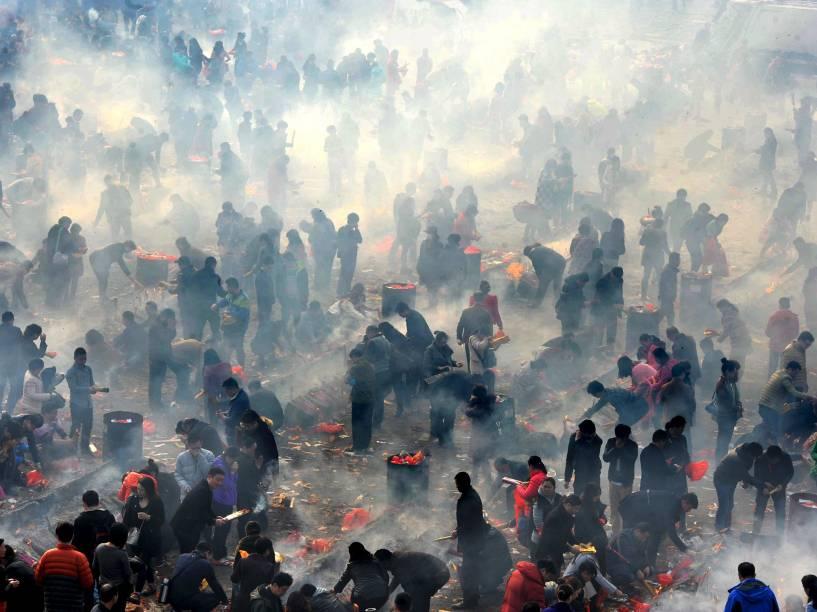 Em Hubei, na China, pessoas ascendem incensos em comemoração ao Ano Novo lunar