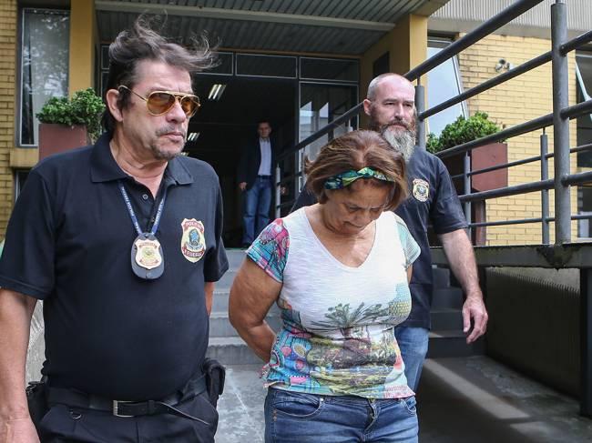 Maria Lúcia Guimarães Tavares, funcionária da Odebrecht, presa na 23ª fase da Operação Lava Jato, no IML (Instituto Médico Legal) de Curitiba, no Paraná, para exame de corpo de delito, nesta quarta-feira (24)