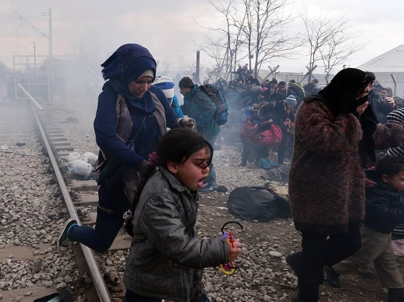 Confronto em um protesto na fronteira entre Grécia e Macedônia, perto da vila grega de Idomeni. Uma multidão de migrantes avançou contra um portão e foi dispersada com gás lacrimogêneo
