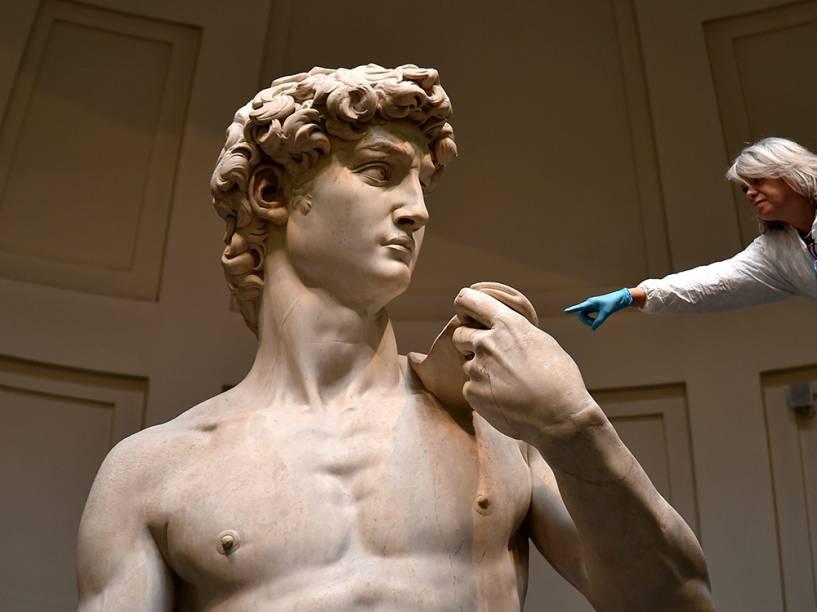 Em Florença, restaurador faz higienização da estátua de David, de Michelangelo