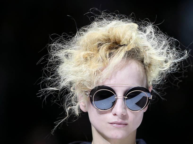 Modelo apresenta coleção Giorgio Armani na semana de moda de Milão, na Itália