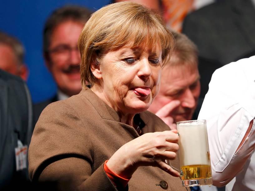 Angela Merkel bebe cerveja durante reunião de seu partido, na Alemanha