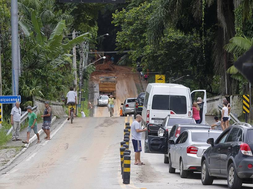 """<a href=""""http://folhapress.folha.com.br/foto/6342514"""" rel="""""""">Motoristas aguardam liberação da rodovia Rio-Santos, em São Sebastião, que ficou interditada após deslizamento causado pela chuva</a>"""