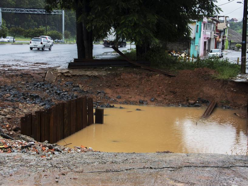 Uma cratera apareceu na calçada na av. Jacu Pêssego, na zona leste de São Paulo, causa transtornos para motorista e moradores da região, nesta terça-feira (1º)