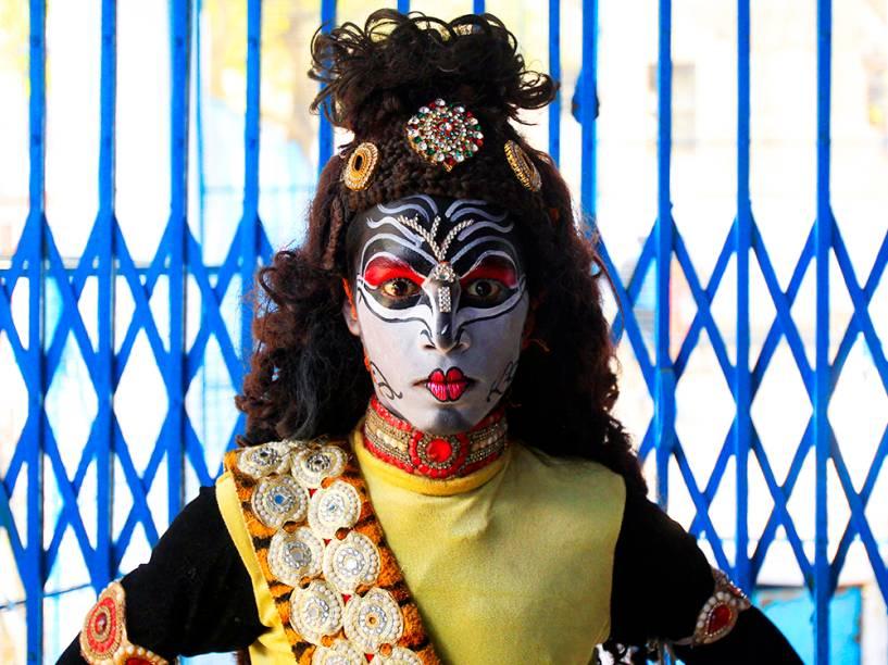 Garoto vestido de Hindu Shiva, antes de realizar procissão religiosa, no Festival Mahashivratri, na cidade de Allahabad, na Índia