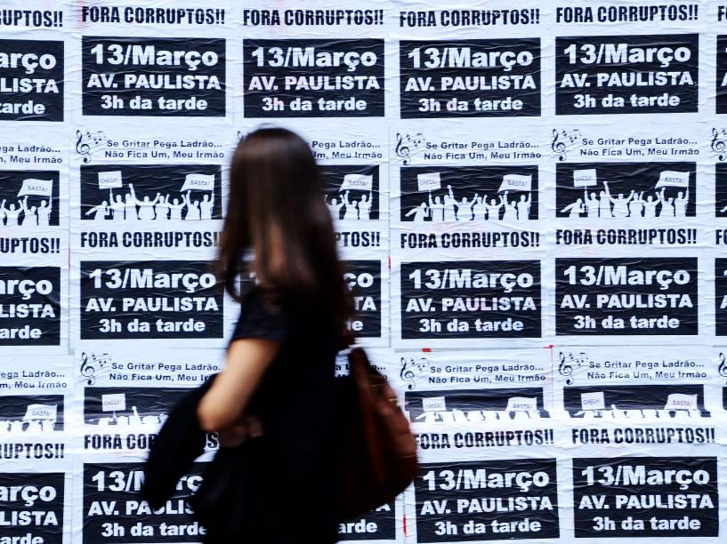 Cartazes em preto e branco, colados em muros e tapumes da Avenida Paulista, em São Paulo (SP), nesta terça-feira (8), convocam a população para protesto contra o governo federal, no próximo domingo (13)