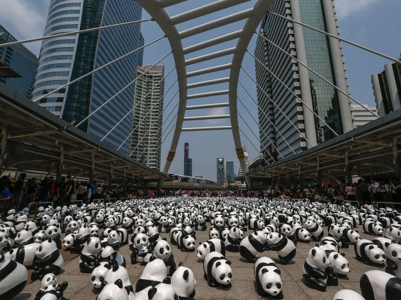 Esculturas de pandas feitas pelo artista francês Paulo Grangeon foram espalhadas sobre a ponte Chong Nonsi em Bangkok, na Tailândia, como parte de uma exibição do artista