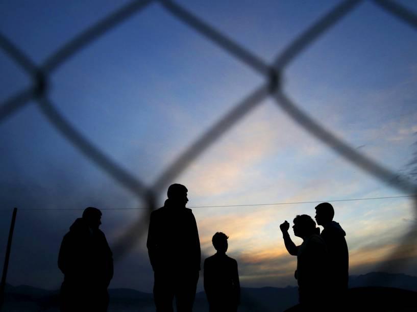 Refugiados aguardam para atravessar a fronteira entre a Grécia e a Macedônia, nesta terça-feira (08)