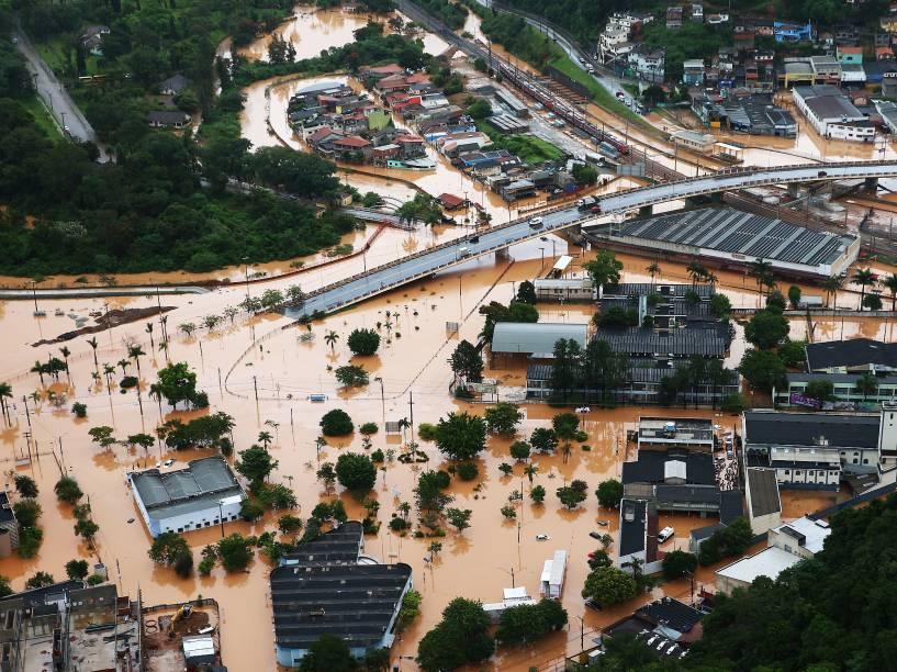 Centro de Franco da Rocha, na Grande São Paulo, fica alagado devido à forte chuva. Ao menos 16 pessoas morreram em decorrência do temporal