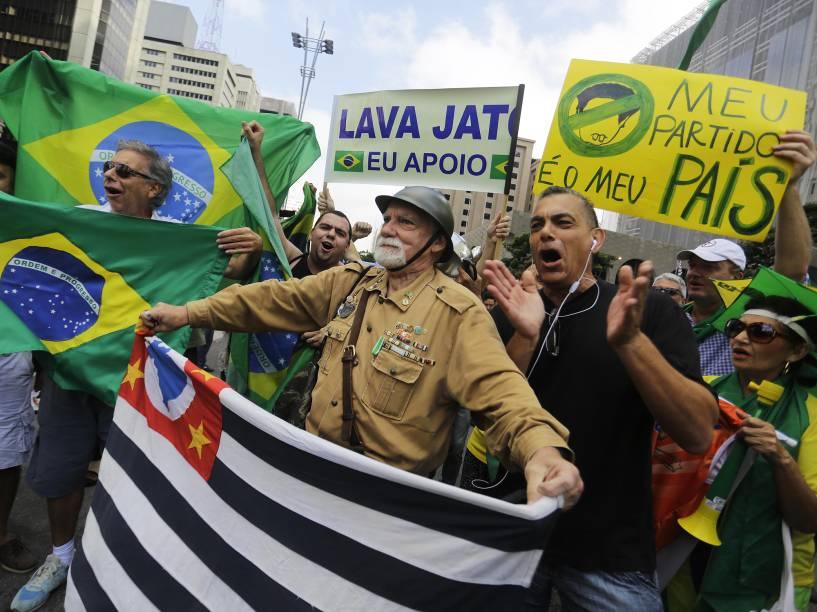 Manifestantes seguem em vigília na av. Paulista, em São Paulo, nesta quinta-feira (17). Com informações sobre a nomeação de Luiz Inácio Lula da Sila para a vaga de ministro da Casa Civil, milhares de brasileiros tomaram as ruas para protestar. Manifestações contra o governo Dilma foram registradas em ao menos 16 capitais do país na noite de quarta-feira (16)