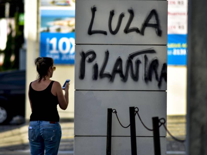 Pichação em frente a uma loja na avenida Adhemar de Barros, na região central de São José dos Campos, no interior de São Paulo, nesta quinta-feira, após protestos em repercussão à nomeação de Lula ao ministério da Casa Civil
