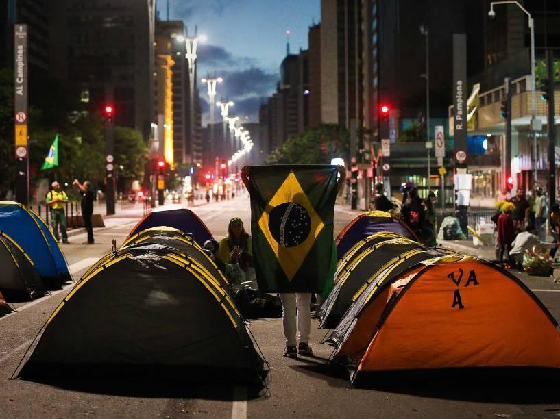 Manifestantes pró-impeachment mantêm avenida Paulista bloqueada - Lideranças do grupo que ocupa a avenida disseram na madrugada desta sexta-feira (18) que não vão deixar o local até o impeachment ou renúncia da presidente Dilma Rousseff