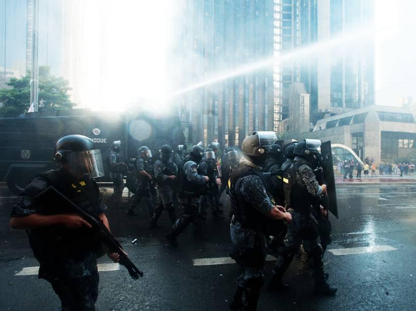 Polícia joga jato d´água em manifestantes anti-Dilma na avenida Paulista, nesta sexta-feira (18)<br><br>