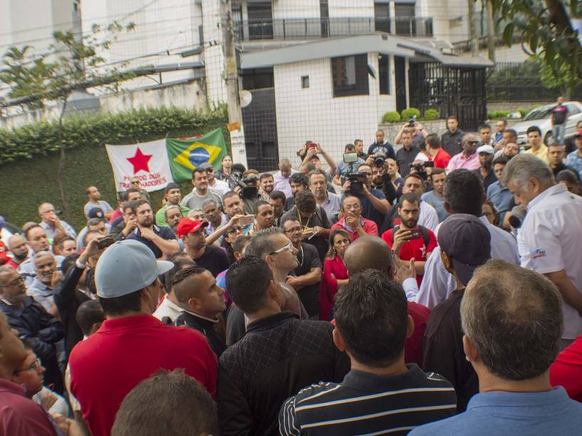 Militantes fazem vigília em frente ao prédio do ex-presidente Lula em São Bernardo do Campo, na Grande São Paulo, na manhã desta segunda-feira (21)
