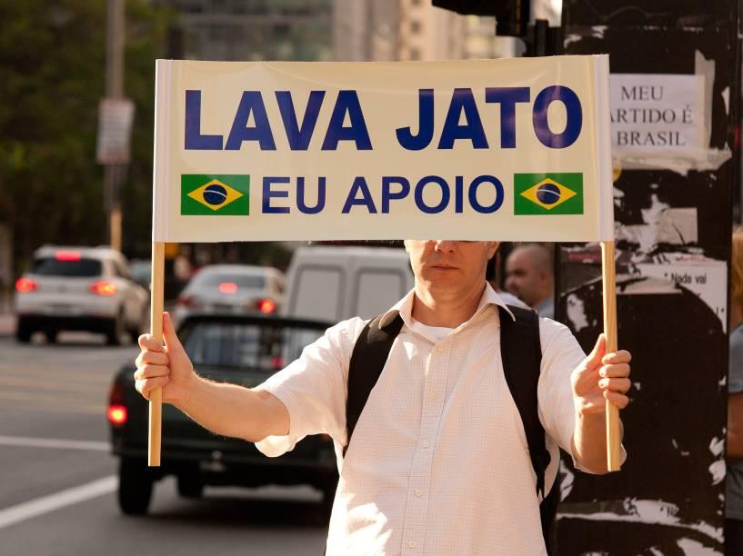Manifestantes contrários ao governo Dilma e ao ex-presidente Lula seguem acampados em frente a sede da Fiesp naa avenida Paulista nesta segunda-feira (21)