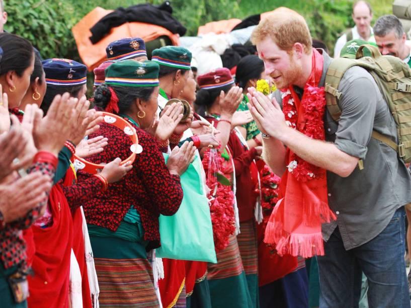 O príncipe britânico Harry é cumprimentado durante a visita ao Nepal, o príncipe visitou locais históricos devastados por terremotos em 2015, e encontrou-se com sobreviventes, muitos dos quais ainda vivem em abrigos provisórios