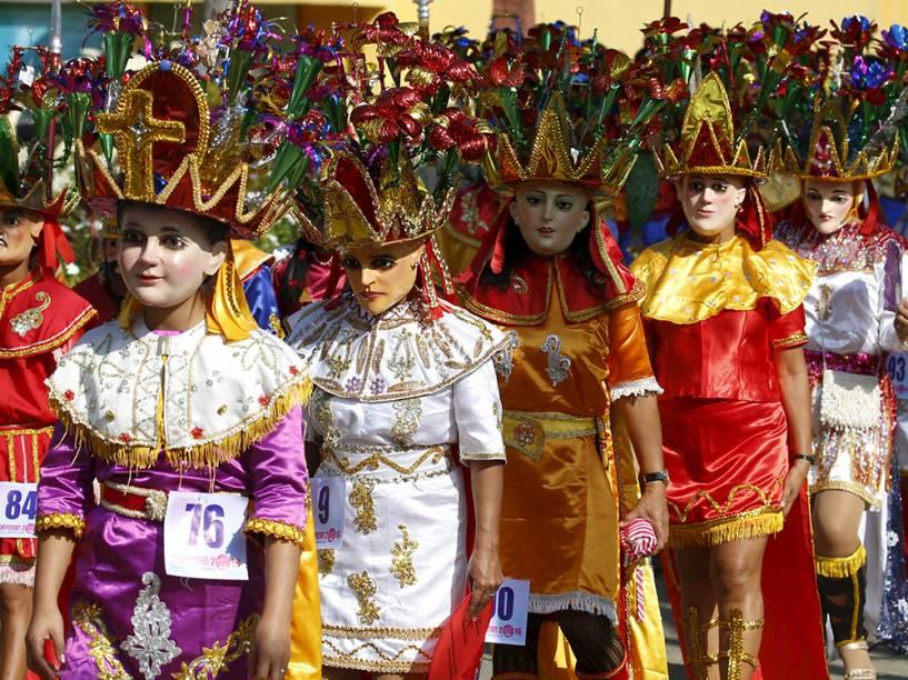 Penitentes usam máscaras conhecidas localmente como Morions em evento que marca o início das celebrações da Semana Santa em Mogpog, Marinduque, na região central das Filipinas