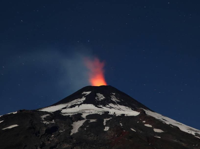 Vulcão Villarrica mostra sinais de atividade em fotografia feita a partir de Pucon, cerca de 800 km ao sul de Santiago, no Chile - 22/03/2016