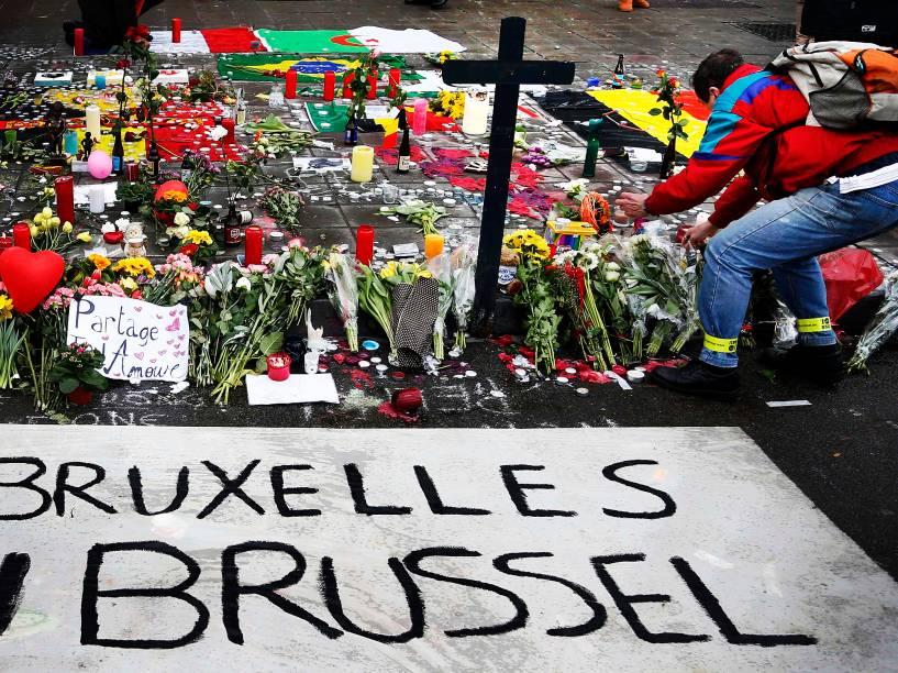 Pessoas deixam flores e velas em um memorial às vítimas dos ataques em Bruxelas, na Bélgica