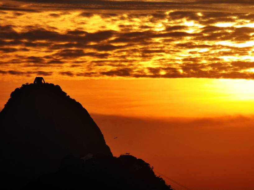 Pão de Açúcar visto de Botafogo, zona sul do Rio de Janeiro (RJ), no amanhecer desta quarta-feira (23), com sol entre nuvens