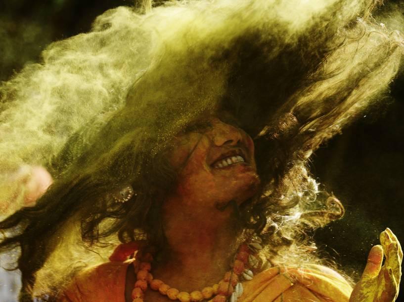 Mulher comemora o Holi Festival, na India, que acontece todo o ano, para celebrar a chegada da Primavera. A festa conta sempre com a confecção de uma tinta seca em pó, utilizada para celebrar e colorir