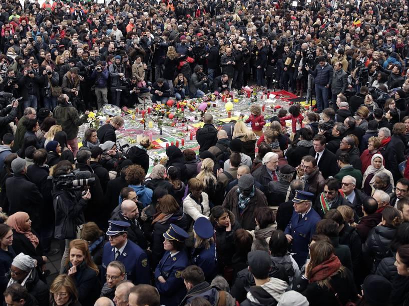 População de Bruxelas presta um minuto de silêncio, na Praça de la Bourse, às vítimas dos atentados que ocorreram ontem (22), no aeroporto e metro