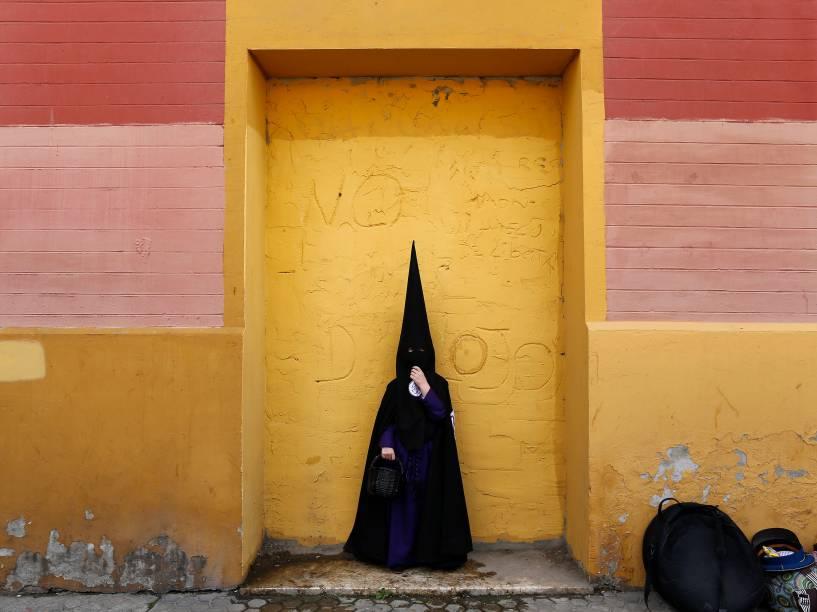 Menino penitente da irmandade San Bernardo fotografado antes de uma procissão durante a Semana Santa em Sevilha, sul da Espanha - 23/03/2016