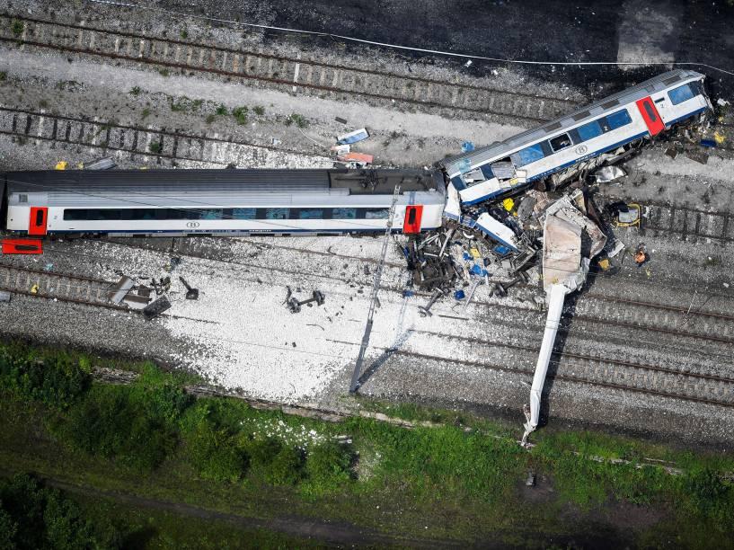 Imagem aérea mostra a cena de uma colisão entre um trem de carga e um trem de passageiros no caminho entre Liège e Namur, em Saint-Georges-sur-Meuse, na Bélgica - 06/06/2016