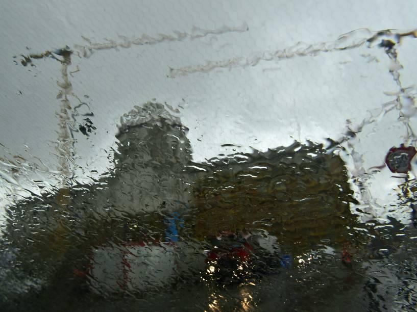 Prédio da prefeitura da cidade de Berlim é fotografado através de um para-brisa de carro durante forte chuva que atinge o sul da Alemanha já há três dias - 01/06/2016