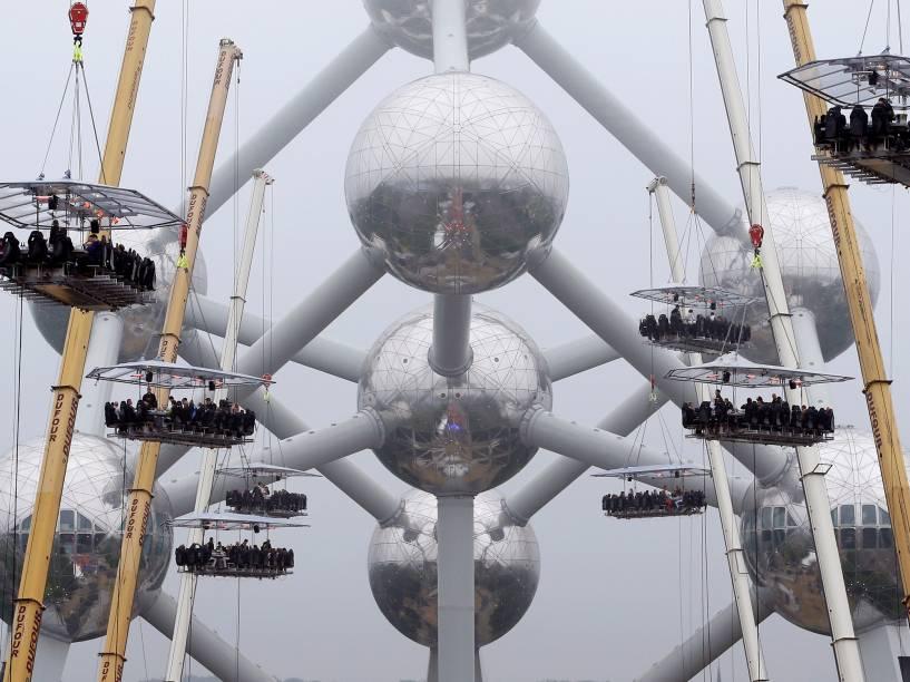 """Convidados sentam em mesas suspensas a 40 metros de altura no evento """"Dinner in the Sky"""", ou """"Jantar no céu"""", em Bruxelas, Bélgica - 01/06/2016"""