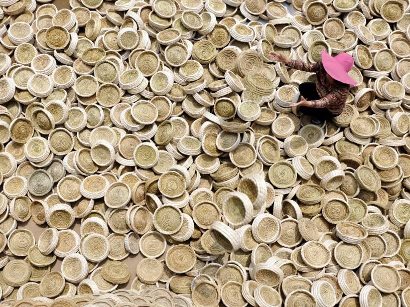 Mulher produz ninhos de pássaros artesanais na província de Shandong, na China - 01/06/2016