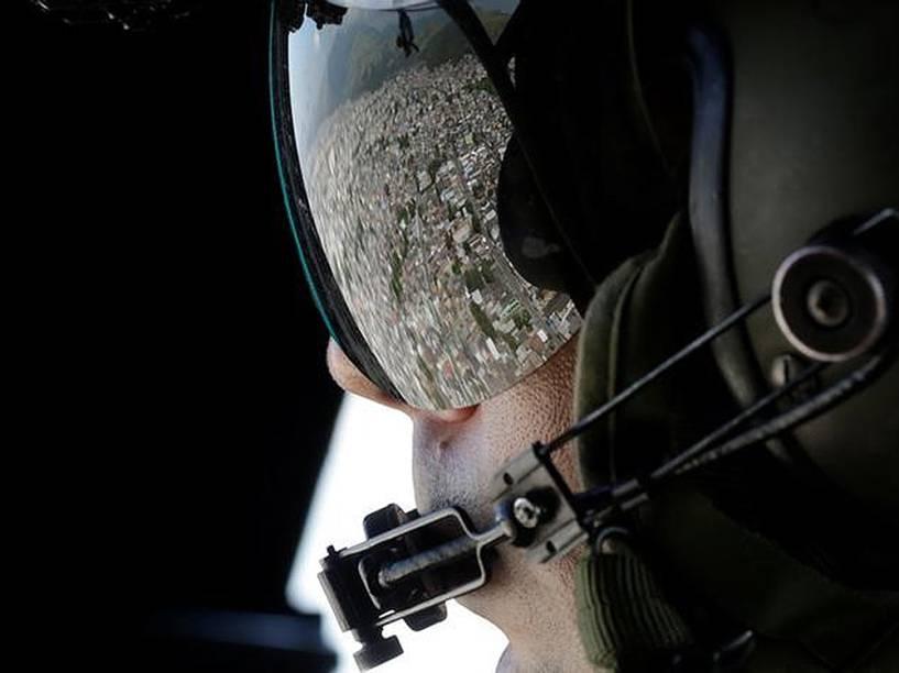 Favela reflete em capacete de piloto que faz treinamento aéreo de segurança para as Olimpíadas do Rio de Janeiro - 01/06/2016
