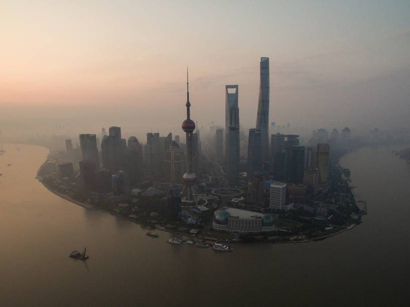 Vista geral do amanhecer no distrito financeiro de Lujiazui em Xangai, na China - 23/06/2016