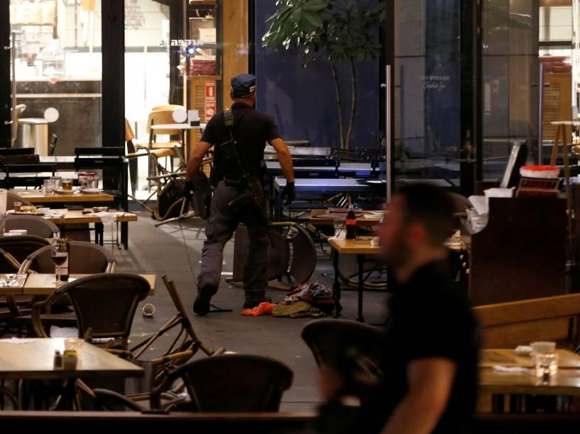 Policial israelense faz trabalho de investigação em um restaurante na sequência de um ataque a tiros no centro de Tel Aviv - 08/06/2016