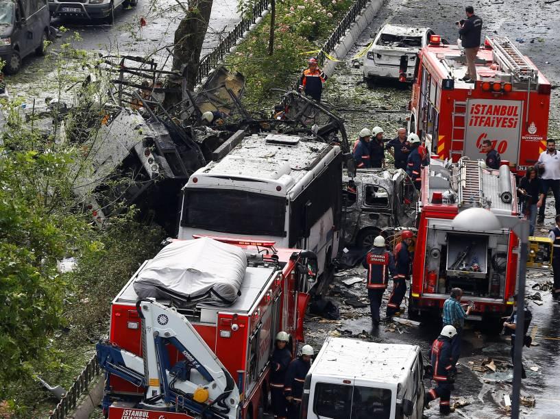 Peritos forenses e bombeiros ficam ao lado de um carro da polícia turca, alvo de um ataque a bomba em um bairro central de Istambul, na Turquia - 07/06/2016