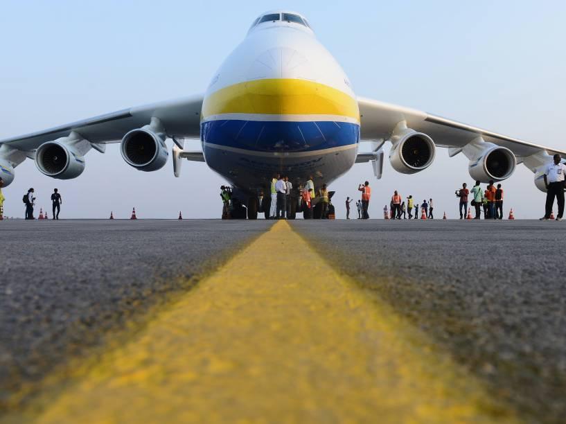 Membros da Força de Segurança Central Industrial (CISF) e funcionários do aeroporto ficam próximos ao maior avião do mundo, o AN-225 Mriya, no aeroporto internacional Rajiv Gandhi em Hyderabad, na Índia. A aeronave seis motores segue viagem da Austrália até a Europa - 13/05/2016