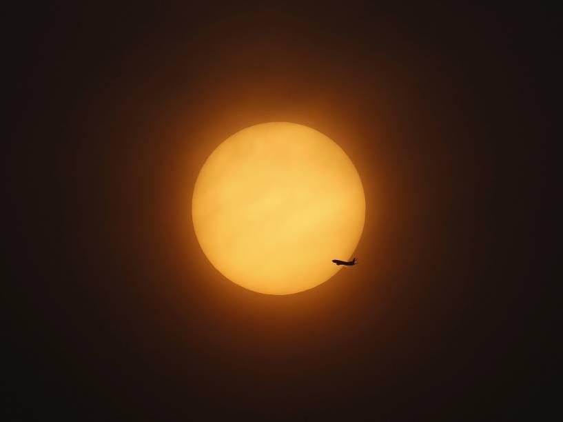 Avião decola após o pôr do sol perto do Aeroporto Internacional de Hongqiao, em Xangai, na China - 13/04/2016