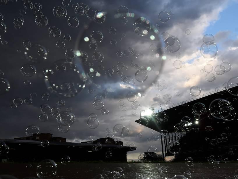 Bolhas de sabão flutuam antes da partida de futebol entre West Ham United e Manchester United, nas quartas de final da FA Cup, no Upton Park, Estados Unidos - 13/04/2016