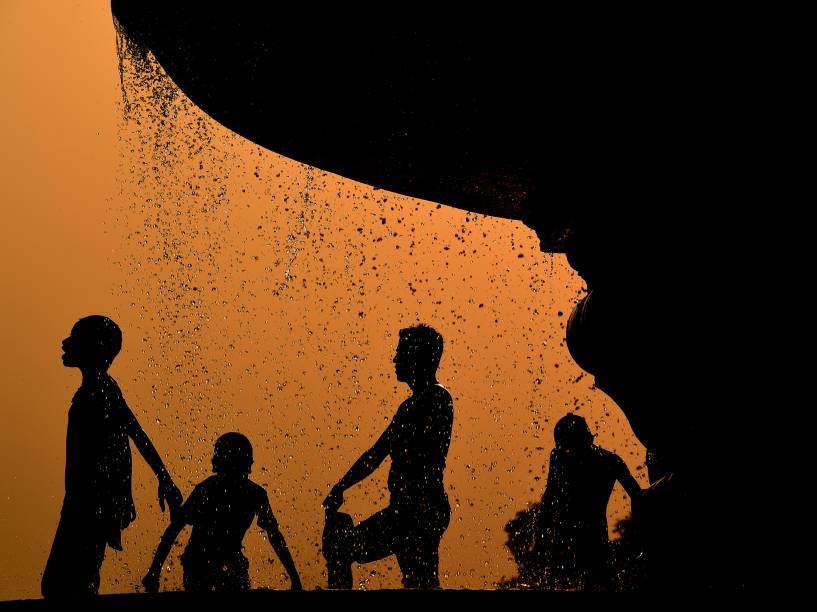 Crianças se refrescam em uma fonte perto da Porta da Índia em Nova Délhi. Mais de 300 milhões de indianos tem sofrido com a grave situação da seca no país - 09/05/2016