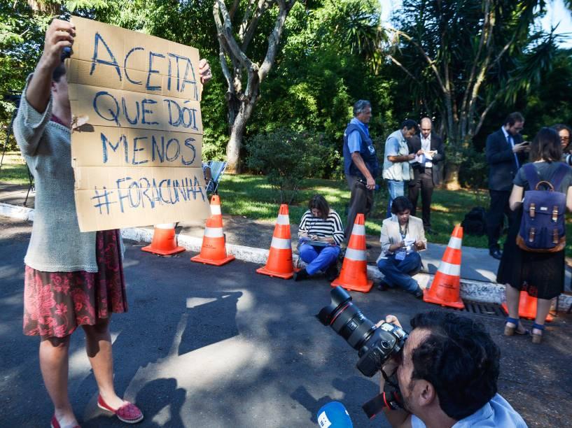 Movimentação em frente à residência do deputado Eduardo Cunha (PMDB-RJ) após decisão do ministro Teori Zavascki sobre o afastamento do presidente da Câmara - 05/05/2016