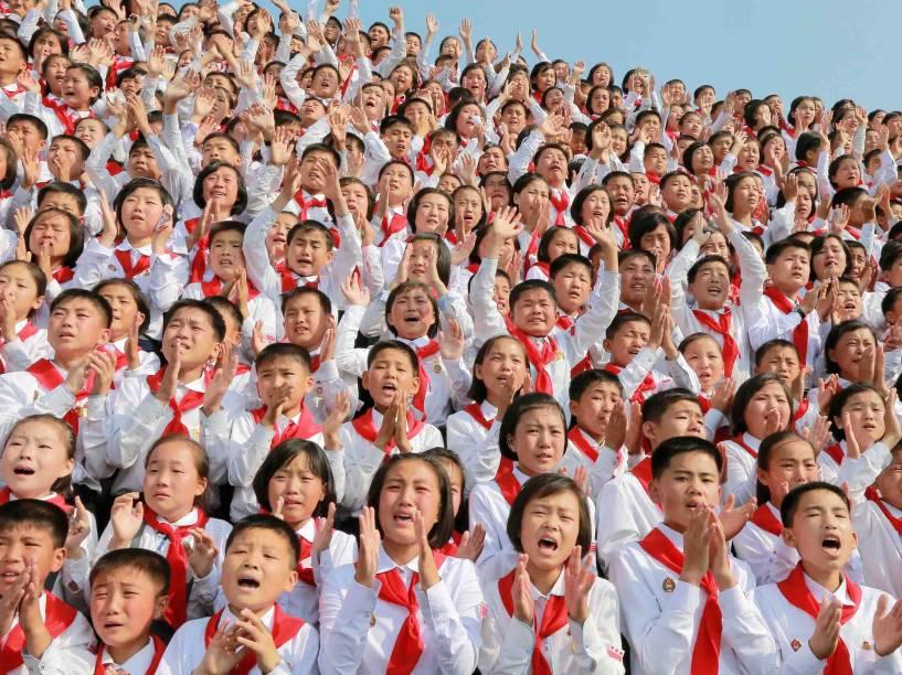Crianças saúdam o ditador norte-coreano Kim Jong Un durante cerimônia de comemoração do aniversário de fundação do Sindicato dos Filhos da Coreia (KCU), em Pyongyang