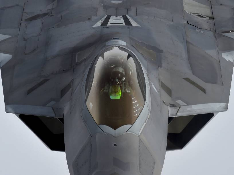 Piloto olha pra cima pouco antes de reabastecer seu avião (F-22 Raptor) em pleno vôo, com ajuda de outro avião (KC-135), projetado justamente para este fim - 25/04/2016