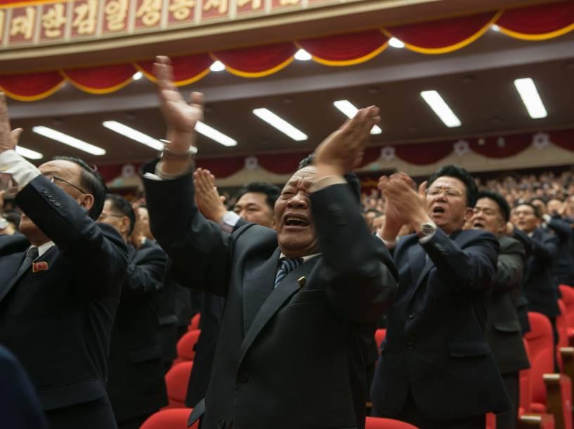 Plateia se anima para a chegada do ditador Kim Jong-Un durante Congresso do Partido dos Trabalhadores da Coreia do Norte, em Pyongyang - 09/05/2016