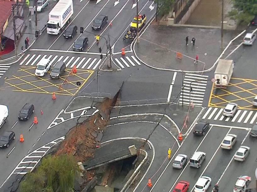 Chuva abre cratera no cruzamento da Avenida Professor Abraão de Morais, na Saúde, zona sul de São Paulo - 07/06/2016