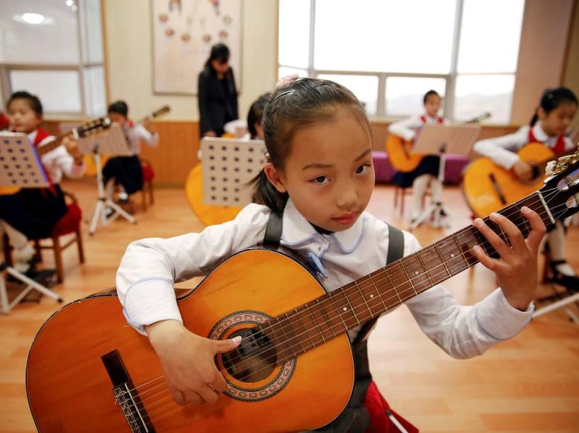Meninas tocam violão no Palácio das Crianças de Mangyongdae no centro de Pyongyang, Coreia do Norte - 05/05/2016