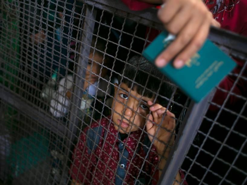Garoto palestino aguarda a abertura da fronteira de Rafah, no Egito, depois de ter sido aberta por dois dias e novamente fechada - 11/05/2016
