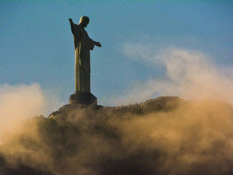Cristo Redentor fotografado durante o amanhecer na Lagoa Rodrigo de Freitas, Zona Sul do Rio de Janeiro - 30/05/2016