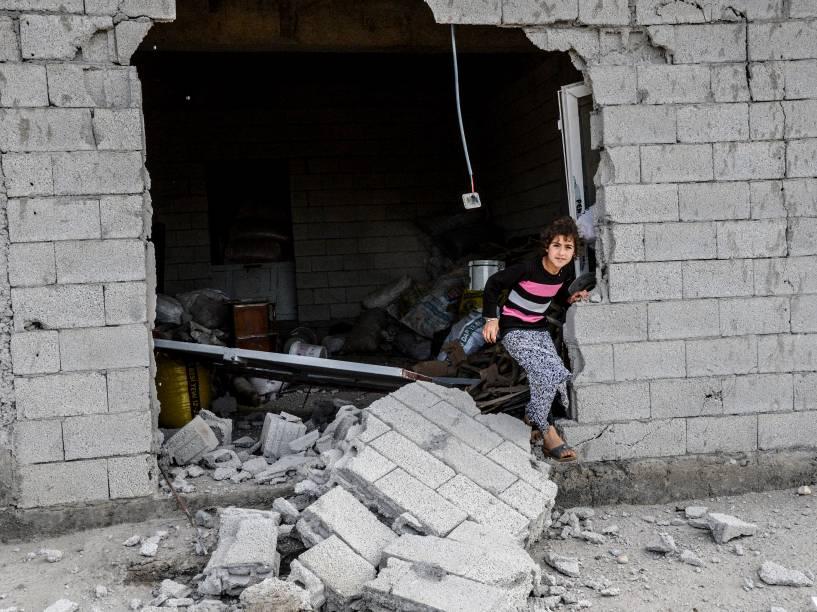 Menina é vista em uma casa destruída após uma poderosa explosão na periferia da cidade turca, de maioria curda, de Diyarbakir - 13/05/2016