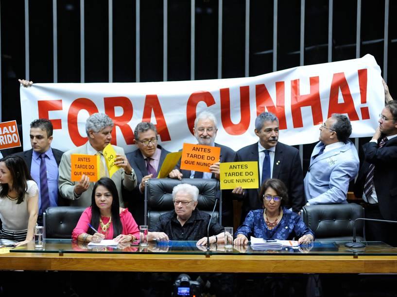Parlamentares contrários à Eduardo Cunha celebram decisão do ministro Teori Zavascki do STF que definiu o afastamento do presidente da Câmara - 05/05/2016