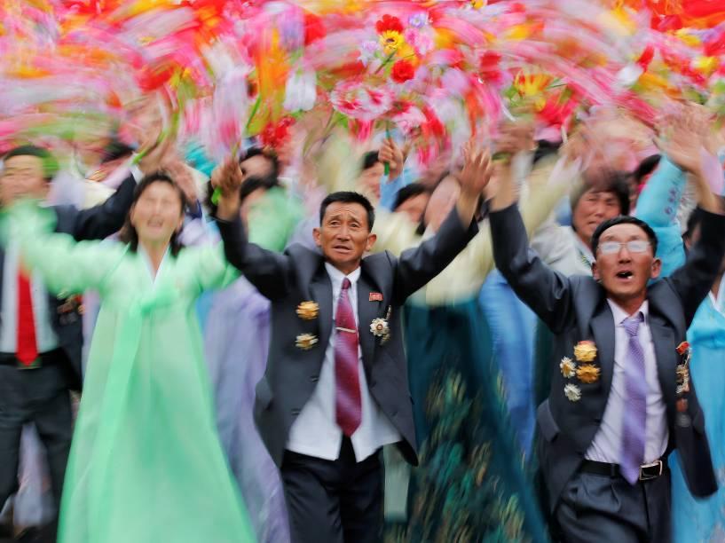 Cidadãos fazem festa ao ver o ditador Kim Jong-Un durante desfile que celebra o último dia do congresso do Partido dos Trabalhadores da Coreia do Norte, em Pyongyang - 10/05/2016